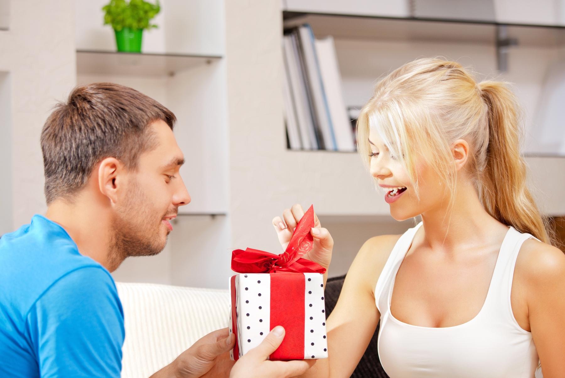 Vīrs pasniedz sievai dāvanu
